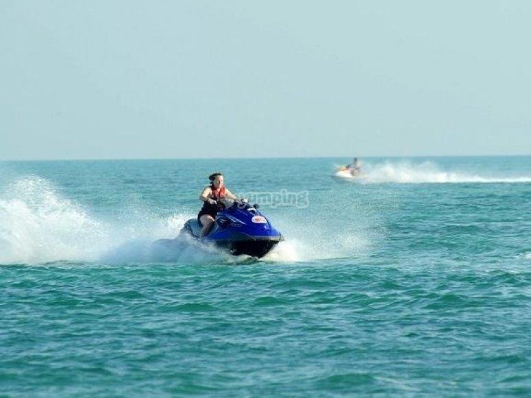 Conduciendo la moto en mitad del mar