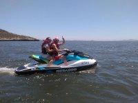 En pareja durante la excursion en moto nautica