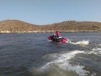 En una moto nautica roja