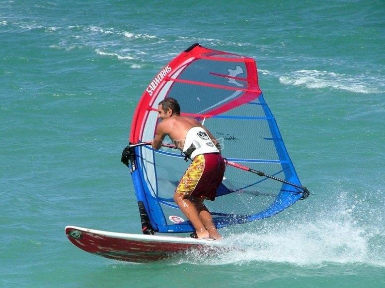 在一个小组中测试风帆冲浪