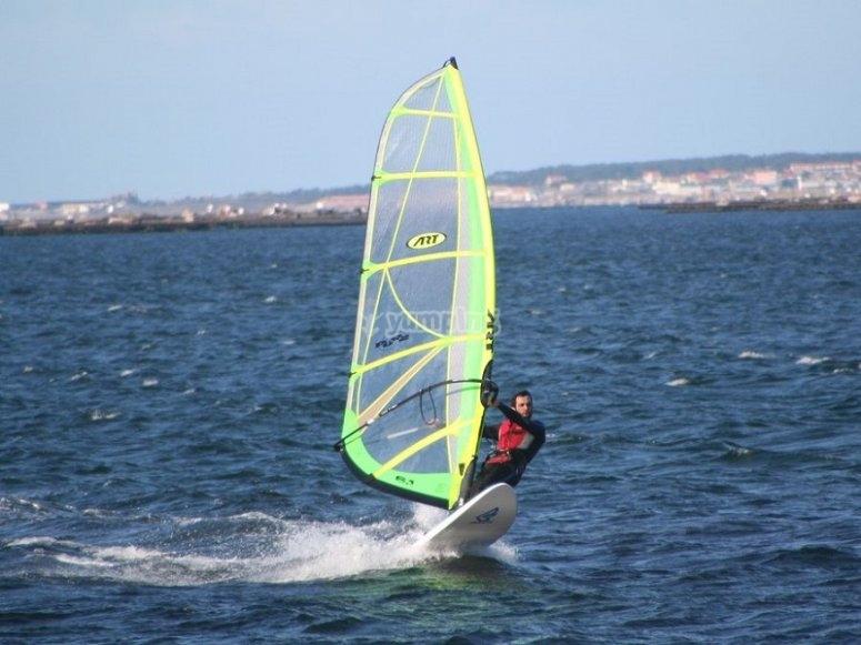 加那利群岛日落时的风帆冲浪