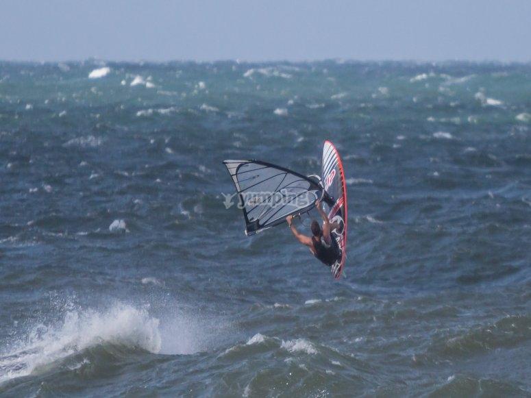 Salto con el windsurf