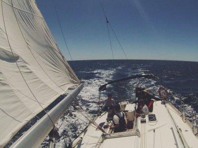 在Vilanova ilaGeltrú学习帆船。 4个小时