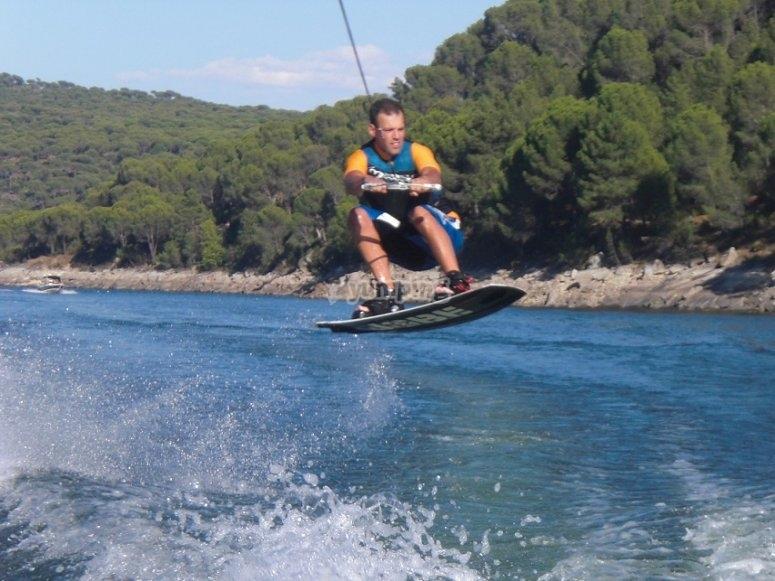 Saltando con tabla de wake