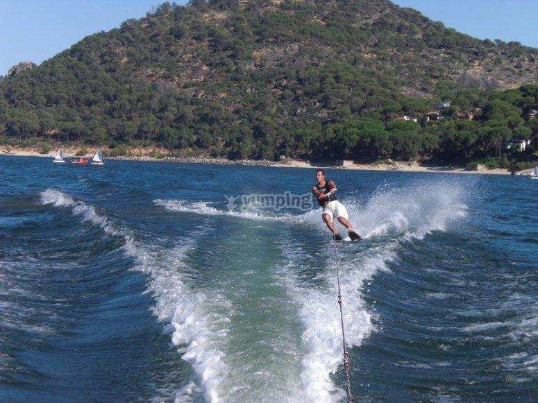 Dejandose llevar por el barco para esquiar.JPG