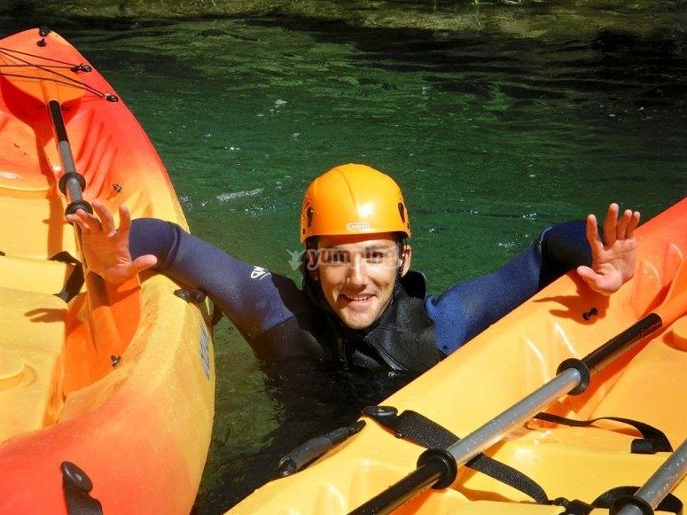 hombre en las canoas