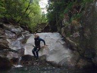 山洞准备湖爬下河途中