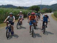年轻人骑自行车