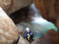 洞穴准备爬上
