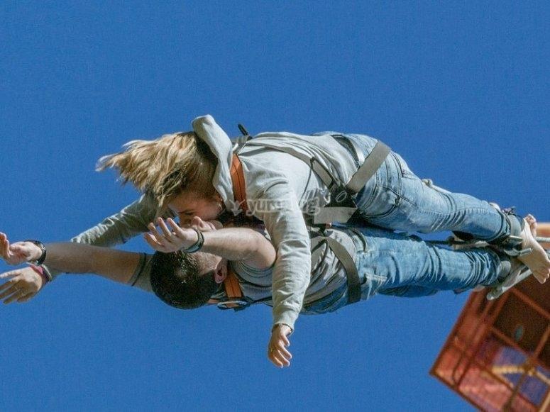 Hacer bungee jumping en pareja en Barcelona