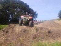 Sobre el quad en un desnivel de tierra