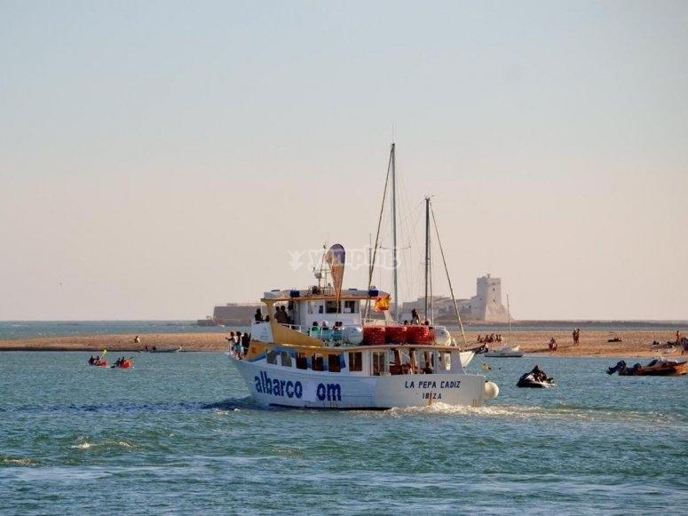 Barco hacia el castillo gaditano