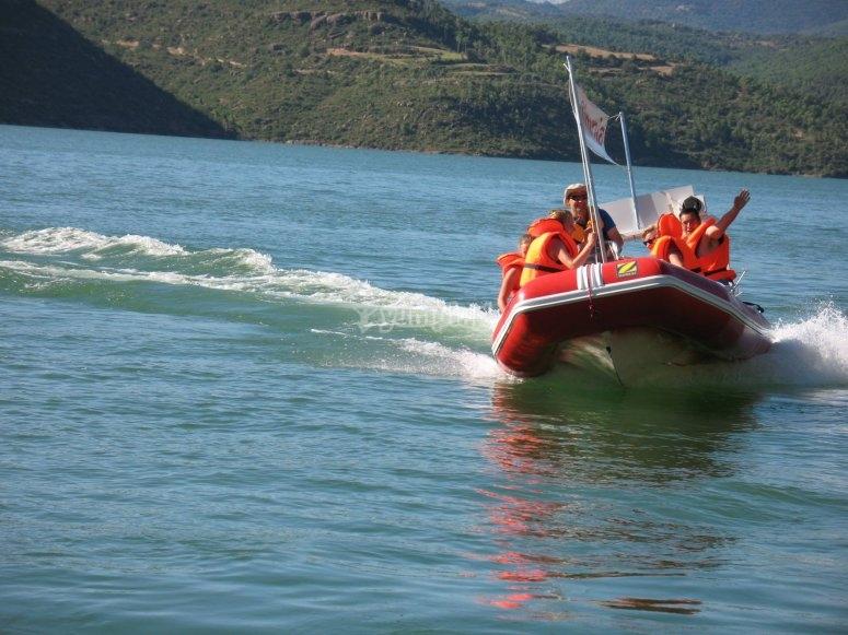 Barca en el embalse