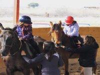 Los pequeños aprendiendo a montar a caballo en la sierra madrileña