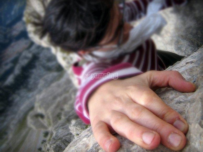 Agarrado a la roca