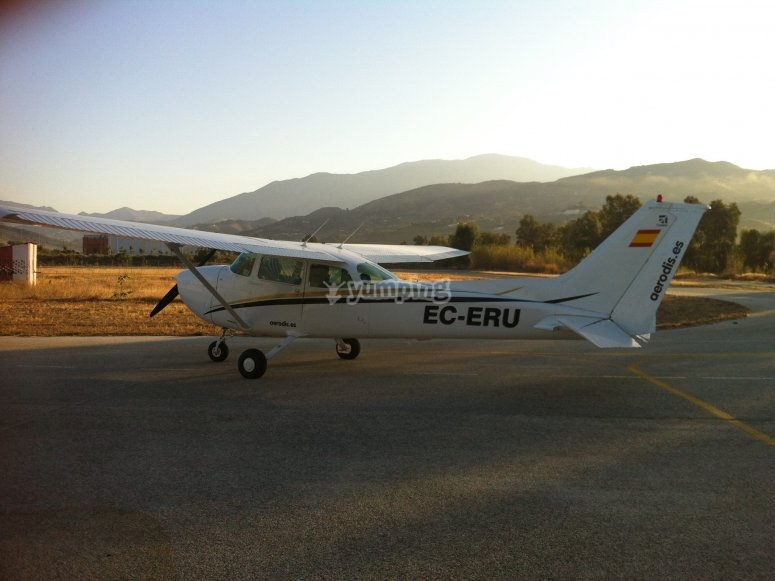 在马拉加驾驶飞机的飞行员