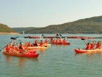 gente en kayaks.
