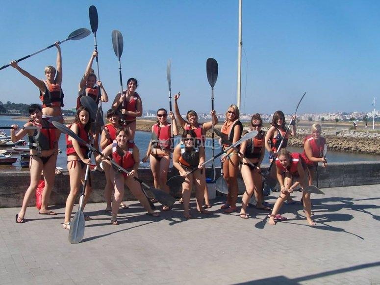 Grupo de chicas tras la ruta en kayak en Somo