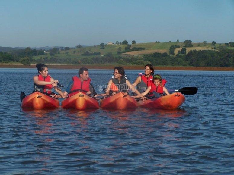 practicando kayak en familia en Somo