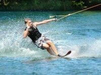 Practicando esqui en el agua