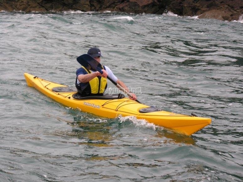 Chico montando en kayak