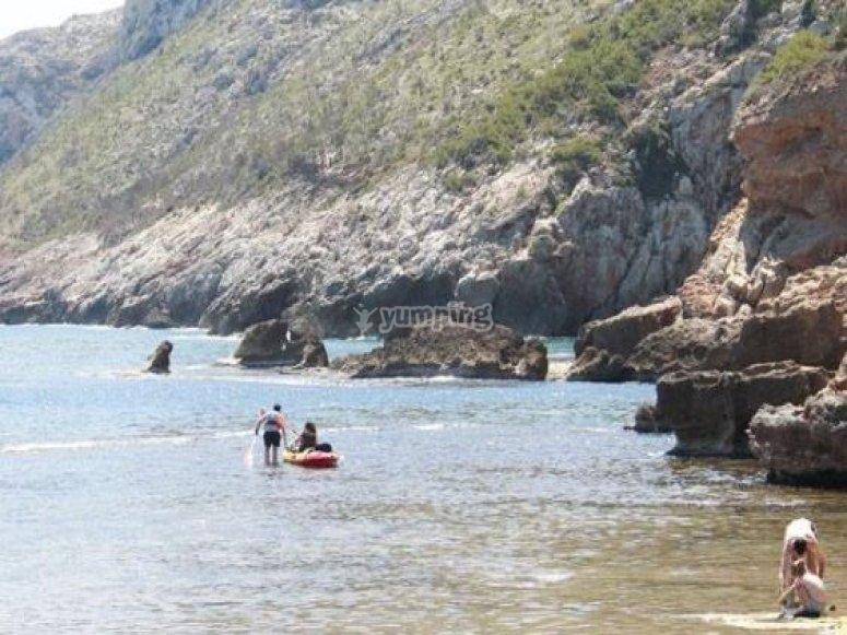 gente en los kayak