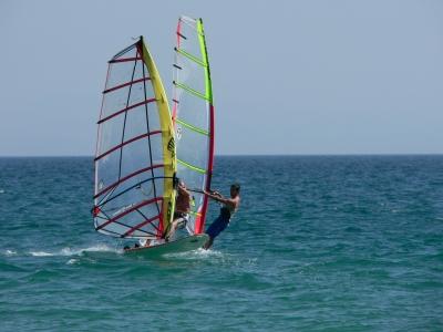 Windsurf e banana boat sulla spiaggia di Gandía