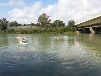 Navegando en kayak junto al puente