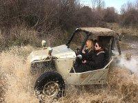 Conduciendo sobre el charco con el buggy