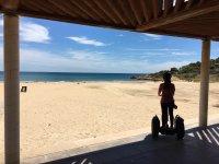 En la sombra con el segway frente al mar