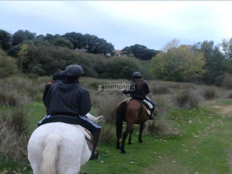 jovenes con caballo.