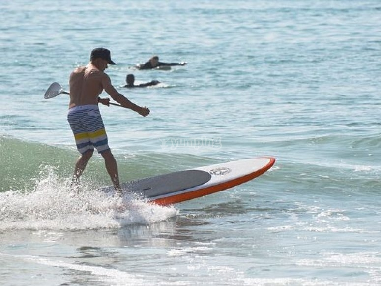haciendo paddle surf.