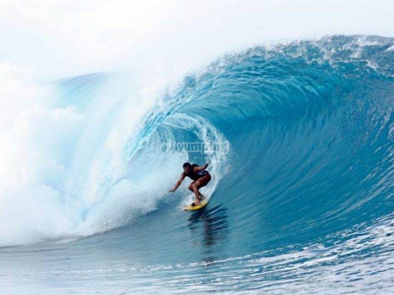 en mitad de la ola.