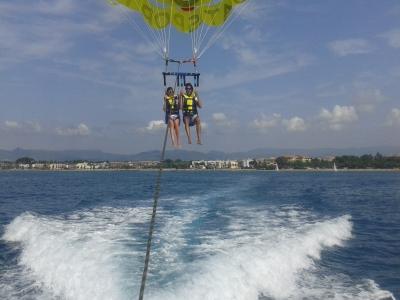 黄金海岸上的滑翔伞