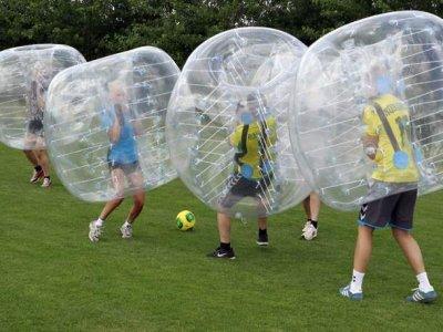在Cofrentes练习泡泡足球