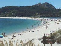 playa de las islas cies con personas en la arena