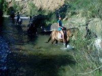 En el rio de Huesca a caballo
