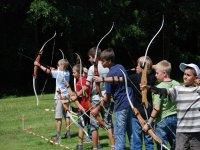 un grupo de ninos practicando tiro con arco