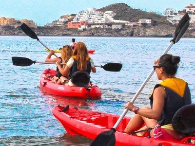 在Cabo de Gata皮划艇,中等水平的儿童