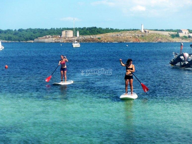 Paddle surf en aguas turquesas