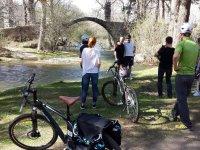 Ciclisti che riposano sul fiume
