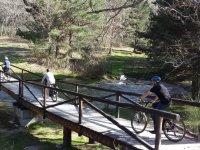 Attraversando il ponte in bici