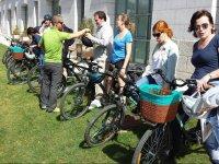 Consegna di caschi ai ciclisti