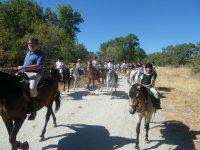 gente disfrutando de rutas a caballo