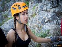 chica con equipo de escalada