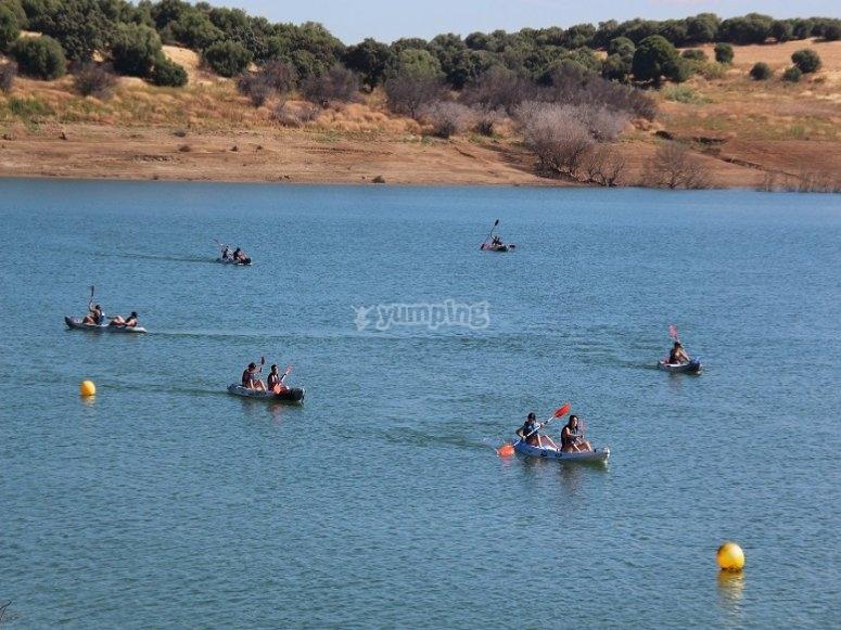 Kayaks en el embalse