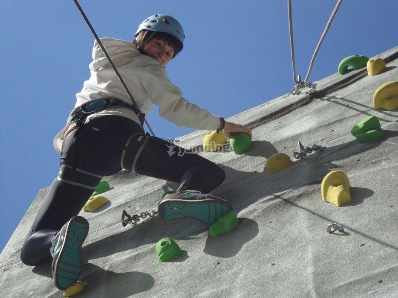 Niño escalando en rocódromo
