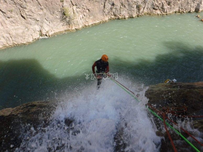 Descolgandose hasta el agua