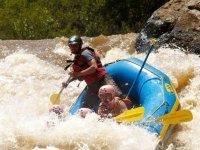 En aguas agitadas haciendo rafting