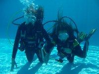 洗礼在加的斯的游泳池潜水+照片